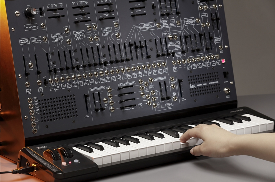 Bundle in edizione limitata che include il sintetizzatore analogico semi-modulare ARP 2600 M, la tastiera USB MIDI KORG microKEY2-37 e il case per il trasporto
