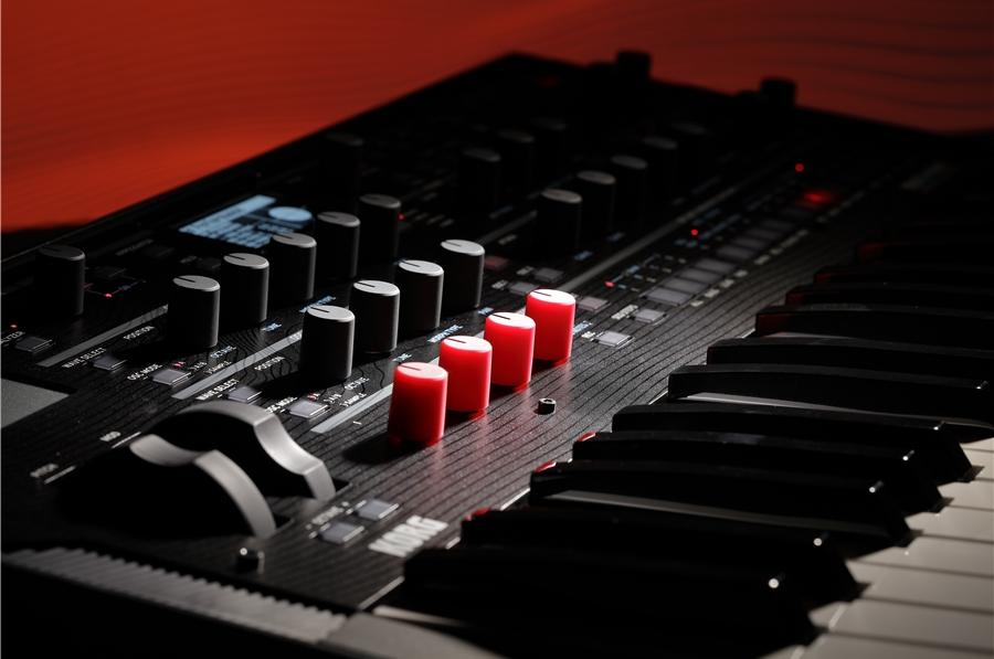 KORG modwave è un sintetizzatore digitale a tastiera dotato di un potente motore di sintesi che unisce la sintesi wavetable con ben 230 milioni di variazioni possibili a quella PCM sample based e ti permette di importare forme d'onda nei formati di Serum e WaveEdit