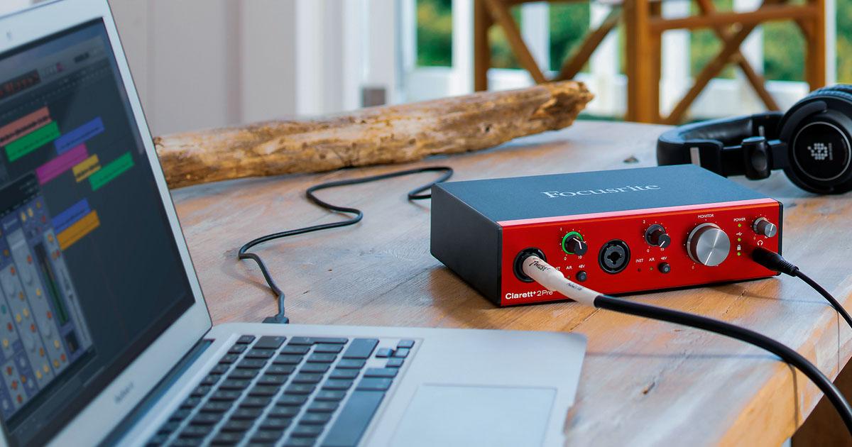 """Interfaccia audio USB professionale Focusrite Clarett+ 2 Pre con 2 ingressi combo, 4 uscite jack TRS da ¼"""" e un'uscita cuffia analogici, più un ingresso ADAT ottico. Si alimenta da corrente, oppure direttamente via USB-C da computer PC, Mac e iPad compatibili con alimentazione 15W."""
