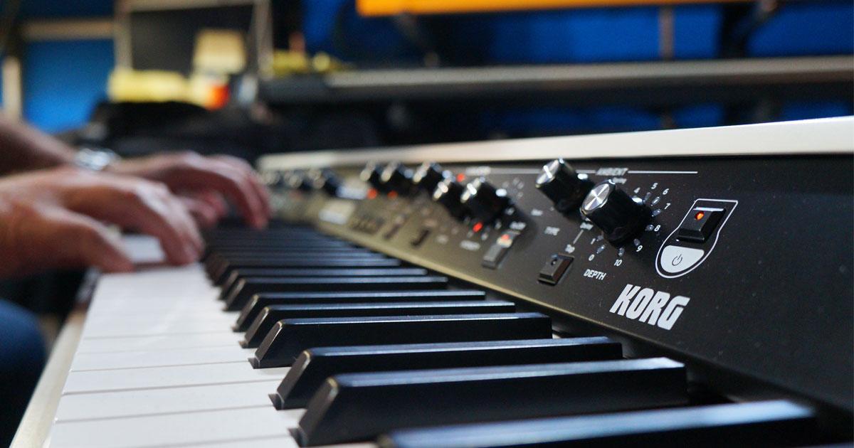 SV2 coniuga l'approccio Vintage preferito da tutti i musicisti, in cui ogni comando fisico manopola o interruttore corrisponde un parametro d'effetto immediato, con la tecnologia musicale digitale più avanzata.
