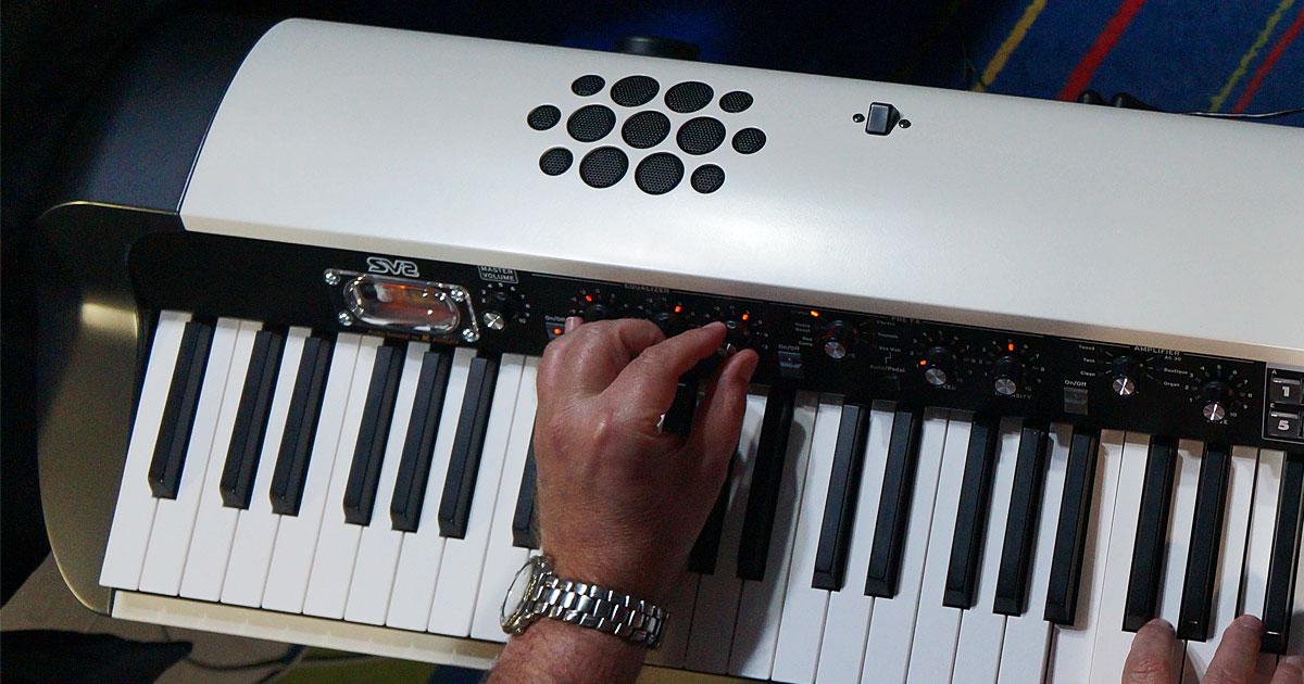 Un vero colpo di genio KORG! Coniugare la tecnologia digitale più avanzata utilizzata su SV2 con l'elettronica Vintage, usando nello stadio finale una vera Valvola per caratterizzare il suono con la timbrica inconfondibile di questi componenti.
