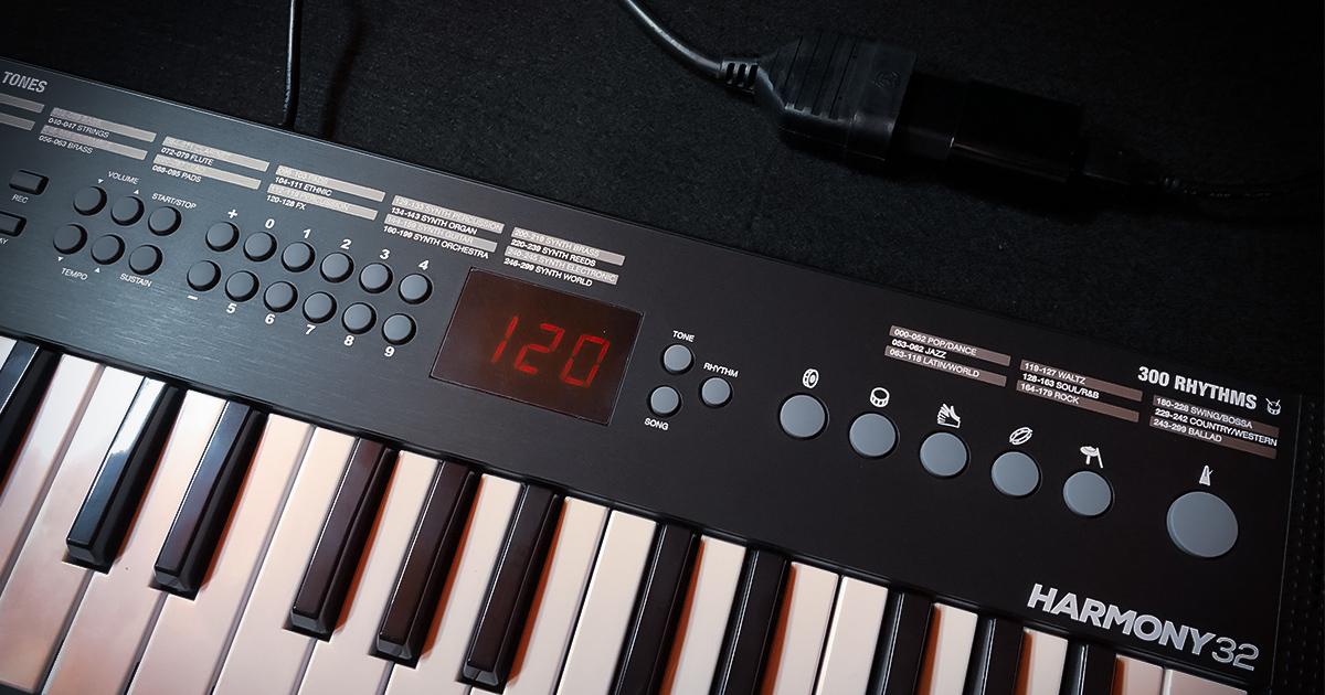 La tastiera per principianti Alesis Harmony 32 si alimenta con 4 pile AA, oppure da corrente con un normalissimo caricatore o adattatore USB per smartphone o tablet