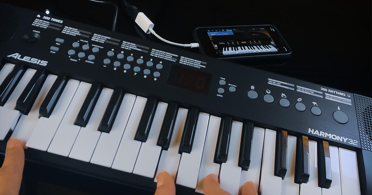 Alesis Harmony 32 collegata ad un iPhone, il quale provvede anche all'alimentazione dello strumento. Con questa tastiera per cominciare a suonare puoi usare le tue applicazioni musicali e interagire con le app didattiche installate sul tuo smartphone o tablet.