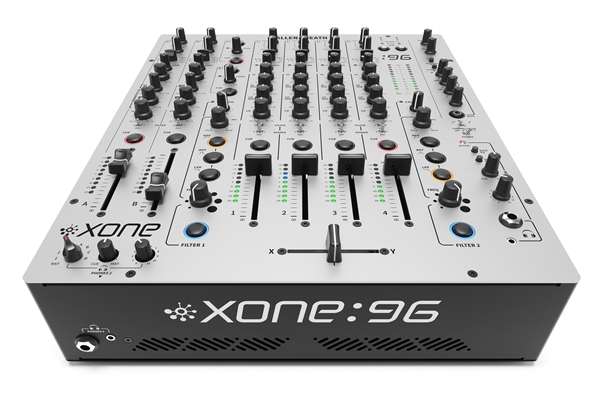 ALLEN & HEATH - XONE:96: Allen & Heath XONE:96 rappresenta il top dei mixer analogici per club e DJ, con una configurazione 6+2 canali, una doppia interfaccia audio USB 12In/12Out con convertitori a 32-bit/96kHz, due filtri multimodo VCF con distorsione armonica (crunch), 2 mandate, 4 ritorni, doppio preascolto e uscite multiple con insert sul master principale.