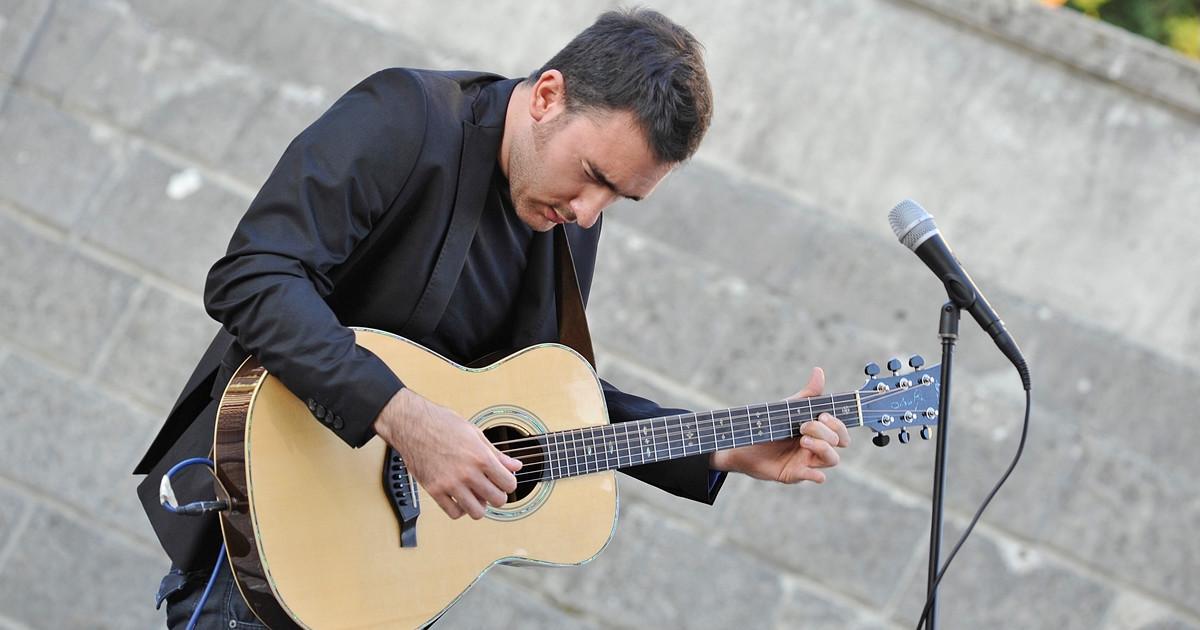 Lorenzo Favero è un endorser per Eko Guitars