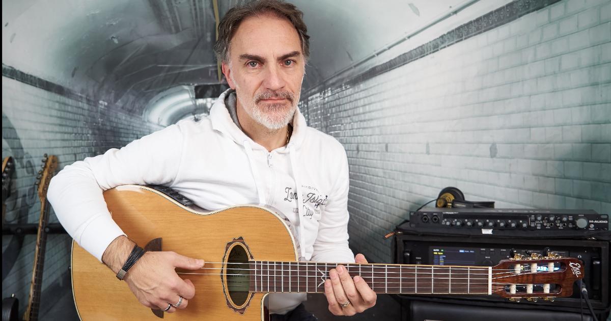 Marco Fanton con la MIA IV Nylon di Eko Guitars